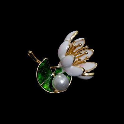 Брошь 1260-18 «Лилия с жемчужиной» в интернет-магазине Швейпрофи.рф